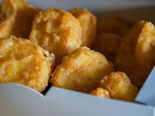 dürfen hunde chicken nuggets essen?